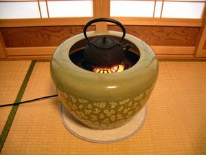 電気火鉢の上で、ヤカンを使ってお茶を沸かせば加湿器代わりにも。