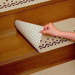 階段にくっつきやすく、ずれにくくなっています