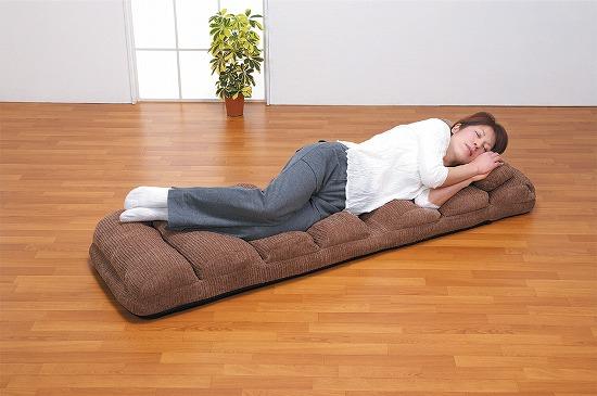 フラットにするとごろ寝できるリクライニング座椅子