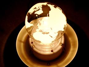 内側の球が自転し、外球に地形を投影するルームランプ!