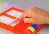 濡らしたスポンジにブラシを湿らせ、カラーブロックにブラシを当てて色を取って絵を描きます