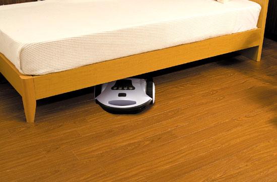 ベッドの下やソファーの下まで潜りこんで丁寧にお掃除♪