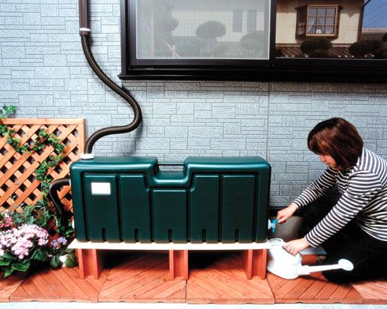 雨水貯水タンクは、市販の敷き板やブロックなどを敷いて使用。